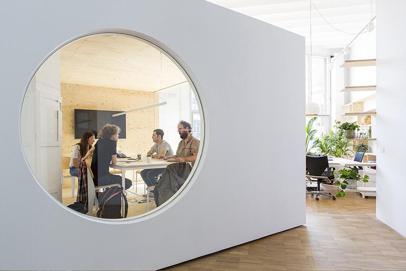Просторный светлый офис без перегородок