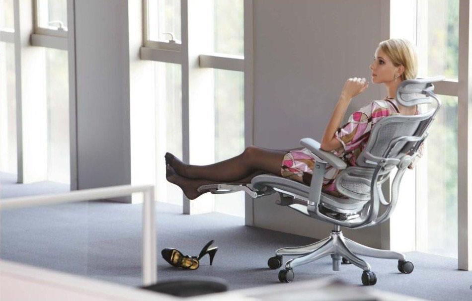 Ergohuman Legrest от Comfort Seating Group девушка на кресле